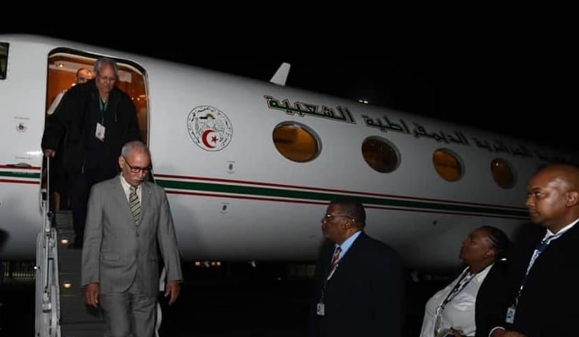 إبراهيم غالي وهو يستقل طائرة جزائرية